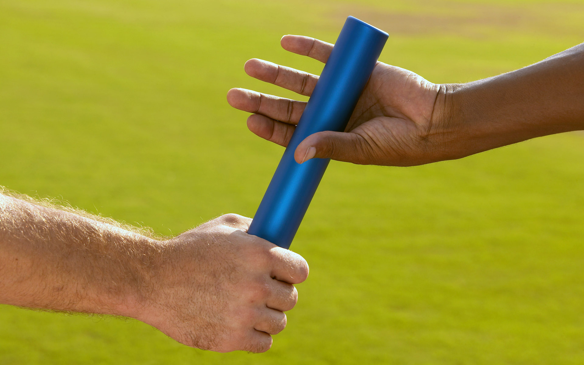 Hands Passing Baton at Sporting Event. Imagen por cortesía de Tableatny. https://www.flickr.com/photos/53370644@N06 https://creativecommons.org/licenses/by/2.0/
